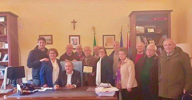 Targa riconoscimento per Renato Perugini che lascia, dopo 18 anni, la presidenza del Centro anziani