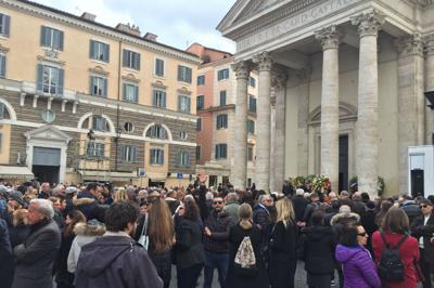 Frizzi, folla commossa ai funerali