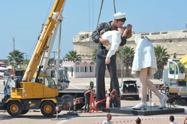 Un anno senza la statua del Bacio