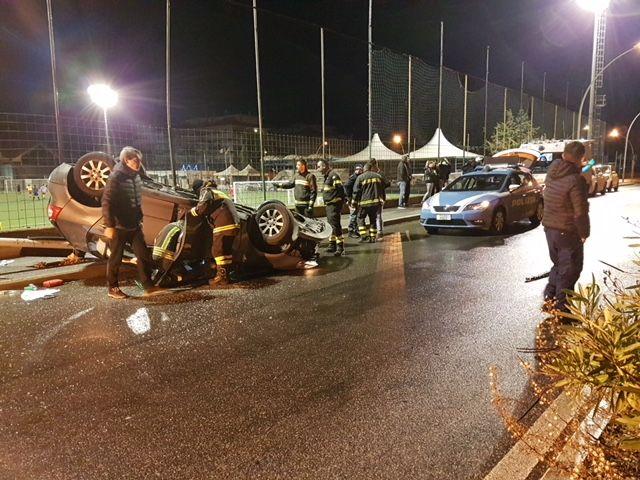 Auto abbatte palo della luce e si cappotta a San Gordiano