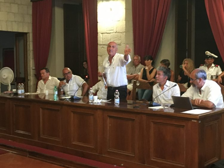 Saluto romano e polo fieristico: scontro in consiglio comunale