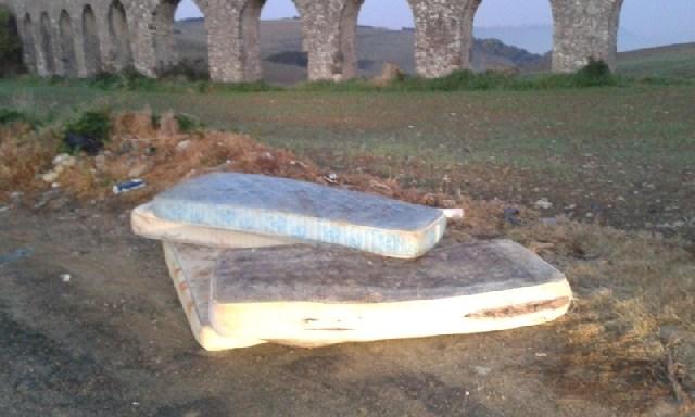 Materassi abbandonati lungo l'Aurelia bis