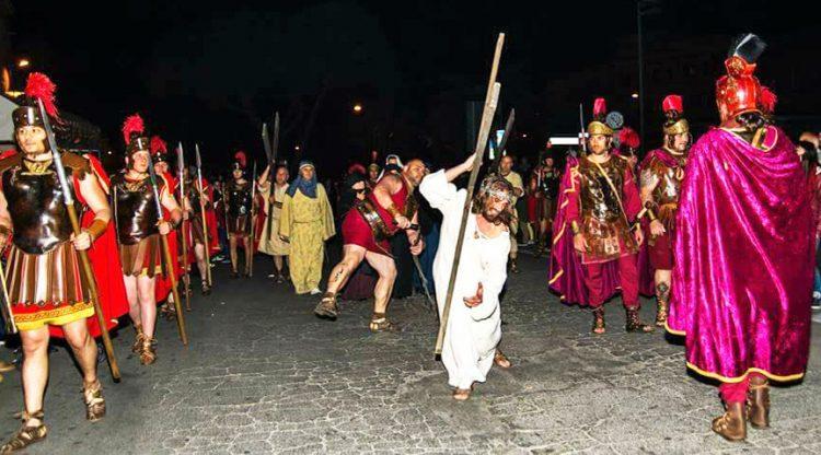 Attesa per la Via Crucis