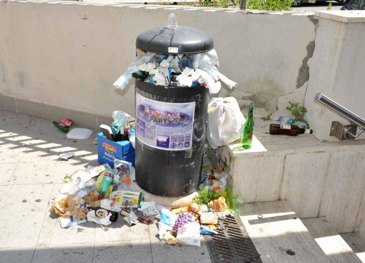 Sporcizia e rifiuti: sottopasso nel degrado