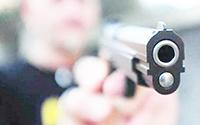 Minaccia con la pistola operatore ecologico: denunciato 77enne