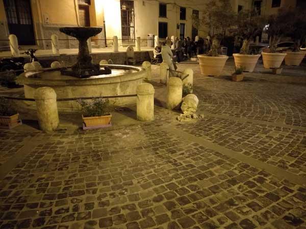 Piazza Leandra: nuovamente danneggiata a fontana