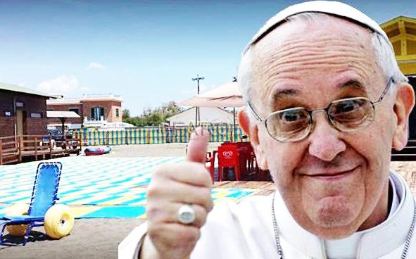 """Il Papa """"paga"""" la spiaggia per disabili"""