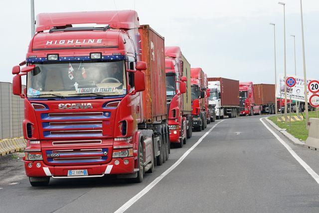 Porto, tir in protesta davanti al terminal container