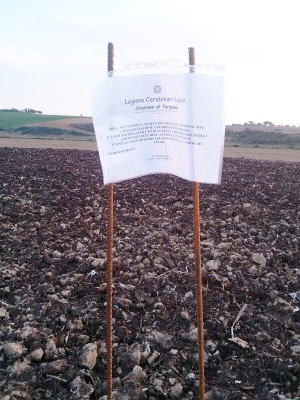Discarica abusiva su un terreno agricolo: due denunce