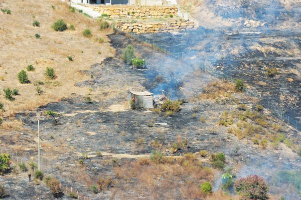 Casaletto Rosso: in fiamme dieci ettari di sterpaglie
