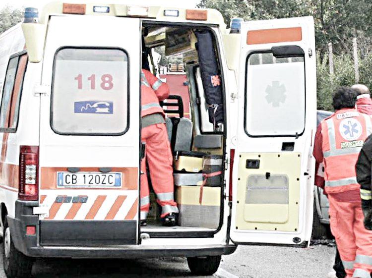 Tampona un bus con l'auto: muore 49enne