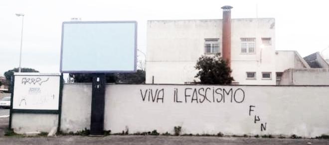 Scritte fasciste sui muri della scuola