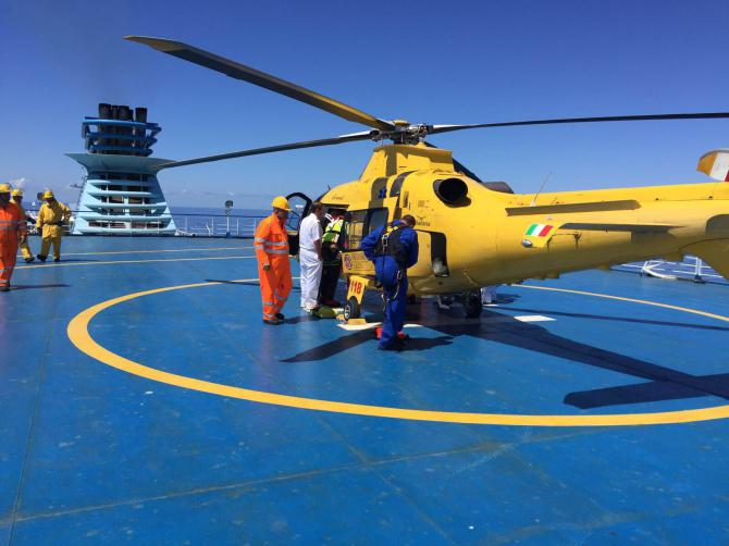 Bimba di due anni rischia di soffocare sul traghetto: intervento dell'eliambulanza