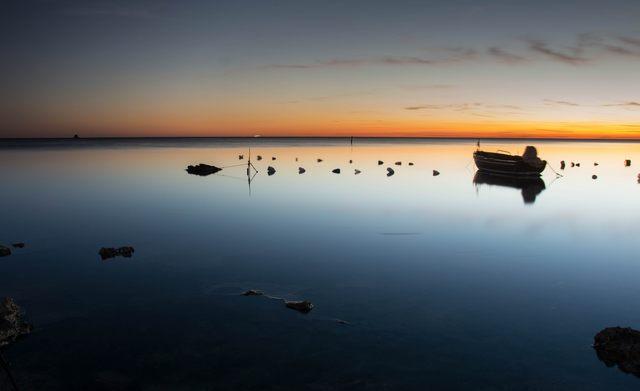 La barca che aspetta il tramonto (foto Alessio Pucci)