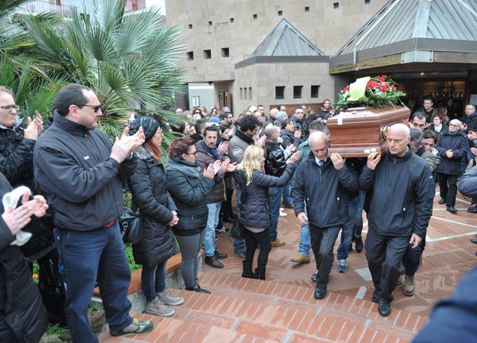 Folla commossa ai funerali di Forno