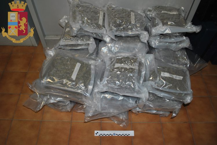 Aveva 25 kg di marijuana in auto, arrestato