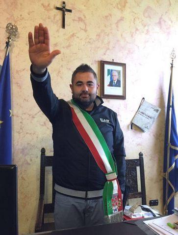 Saluto romano con fascia tricolore, il M5S chiede le dimissioni di Catini