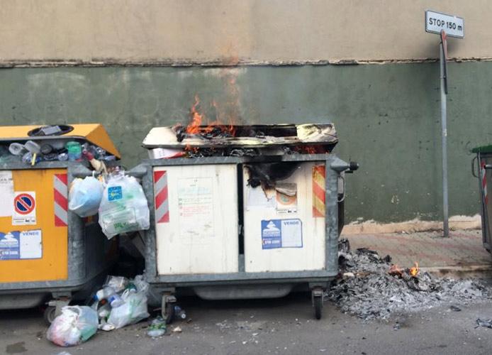 Cassonetto ancora in fiamme a via Terme di Traiano