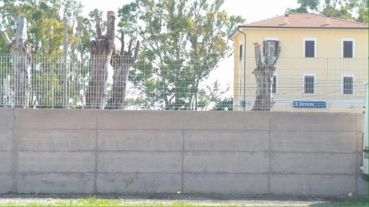 Santa Severa nord, un muro blocca l'accesso alla stazione