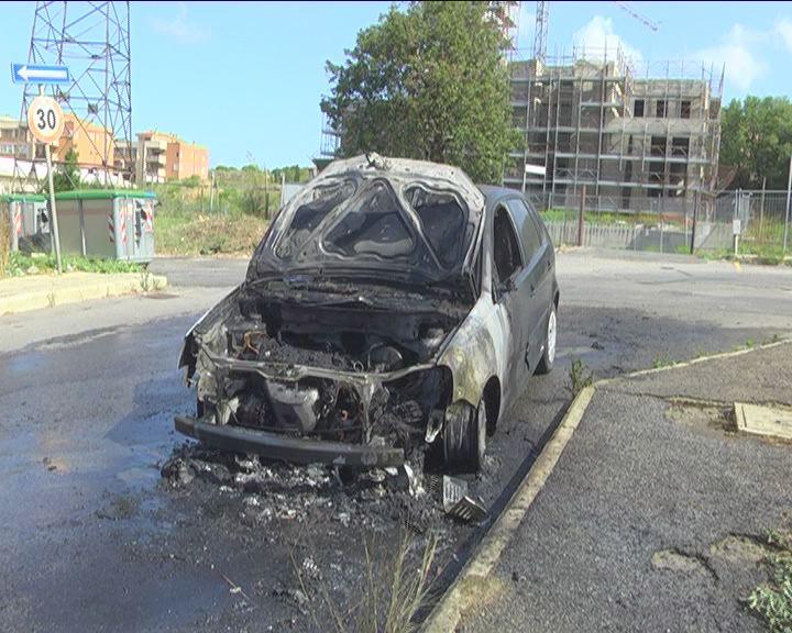 Auto in fiamme a San Liborio