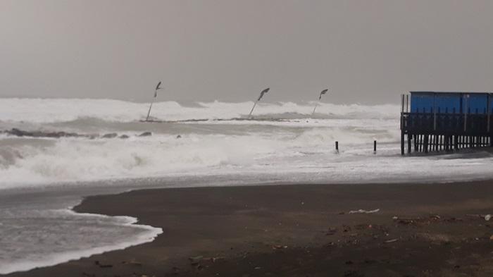 Maltempo Ladispoli, la mareggiata spazza via le spiagge