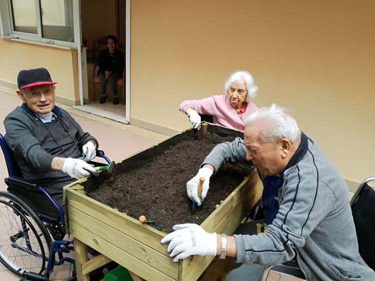 Rsa S. Marinella: nonni divertiti con il giardinaggio