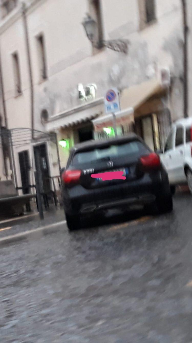 Assessore del Comune di Montalto occupa il parcheggio per disabili: indignato il Pd