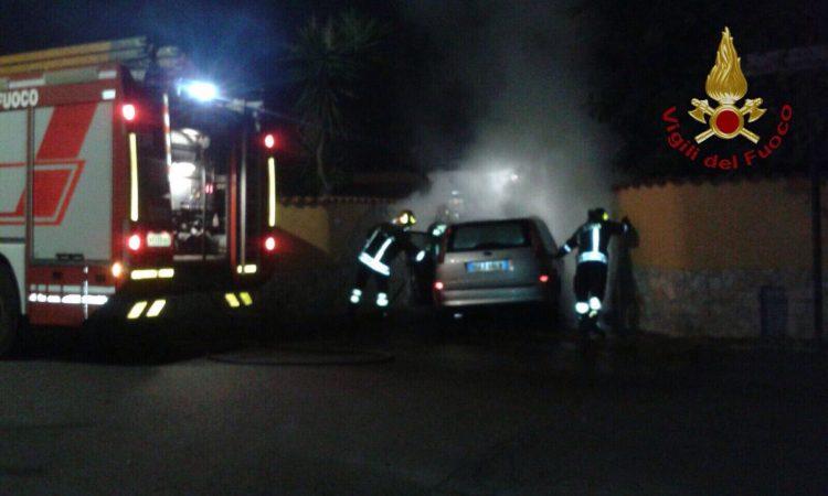 Auto in fiamme nella notte a Santa Marinella