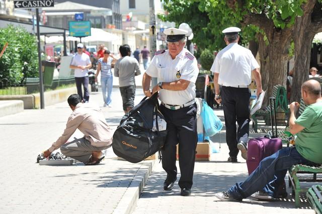 Vendeva merce contraffatta: la Polizia locale sorprende senegalese già espulso dall'Italia