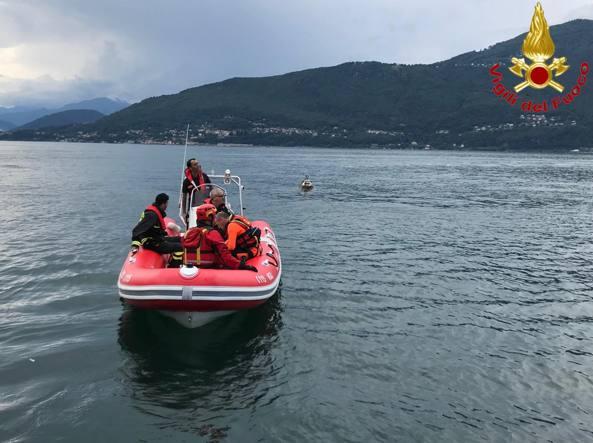 Cadono dalla barca nel lago di Bracciano, salvati dai vigili del fuoco