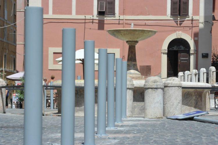 Piazza Leandra:paletti per limitare il parcheggio delle auto