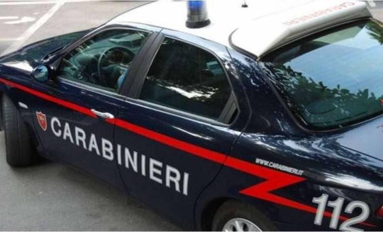 Si rifiuta di scendere dall'autobus e aggredisce i Carabinieri
