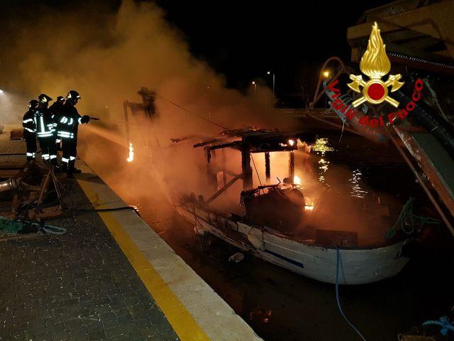 Peschereccio in fiamme a Porto Canale