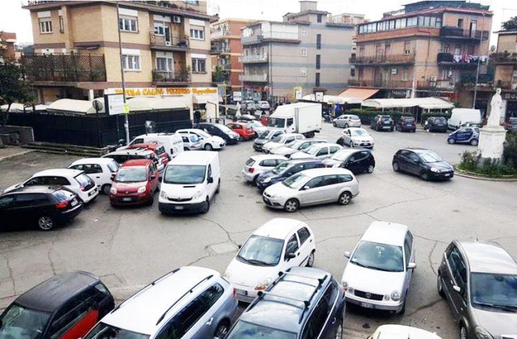 Parcheggi selvaggi in piazza della Repubblica