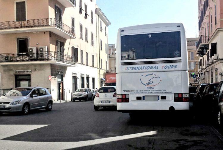 Autobus in centro, è il far west