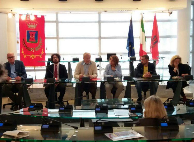 Pascucci in conferenza stampa a Fiumicino: «Mai i rifiuti di Roma nel nostro territorio»