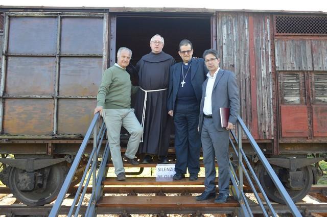 Semi di pace Tarquinia, il vescovo Paolo Lojudice in visita al Labirinto della memoria
