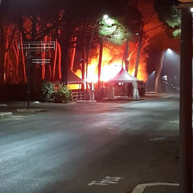 Chiosco in fiamme al Lido di Tarquinia