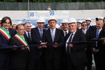 Renzi inaugura il ponte sullo stretto energetico