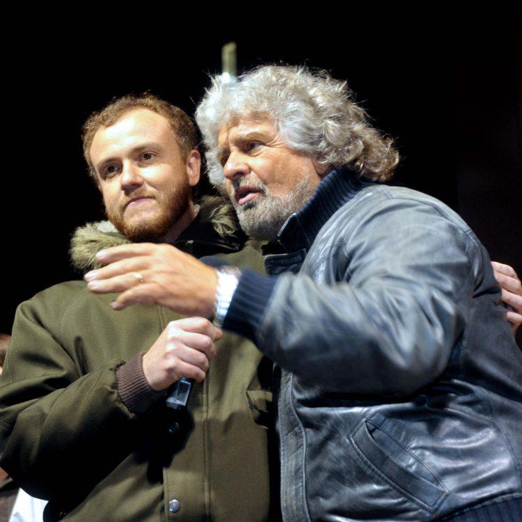Piazza Fratti gremita per Beppe Grillo