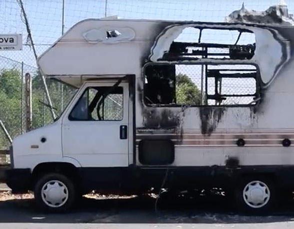 Rimosso il pericoloso camper parcheggiato in via Canova