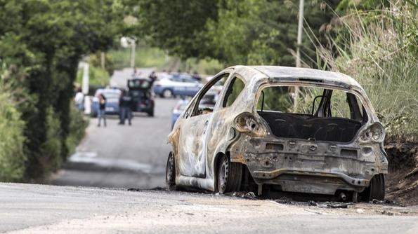 Auto in fiamme, a poca distanza il cadavere di una ragazza
