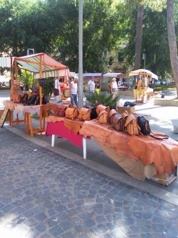 Piazza Calamatta si colora con le creazioni degli artigiani locali