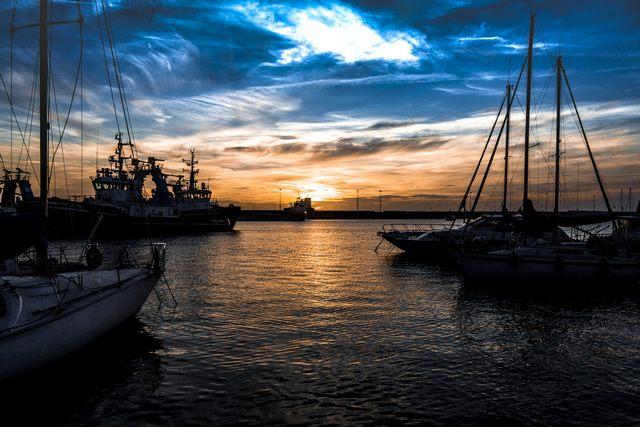Tramonto portuale (foto Alessio Lucaroni)