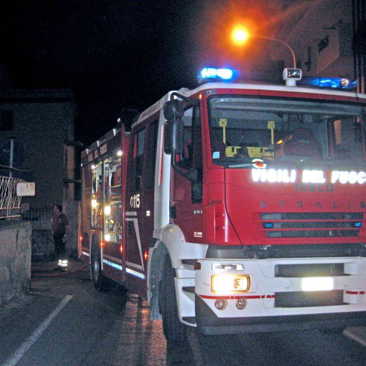Incendio notturno in un appartamento di via Montanucci