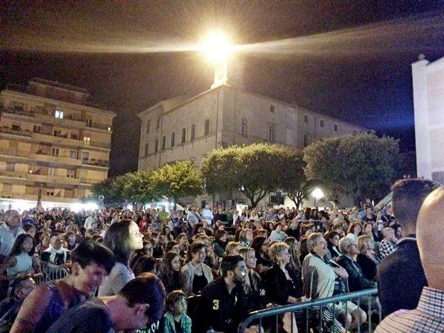 Pubblico in delirio per il grande evento ''Artisti in piazza''