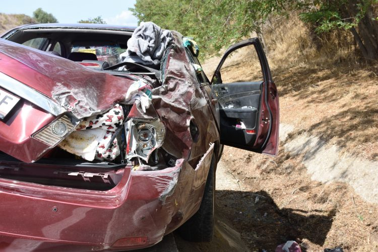 Auto si cappotta sull'autostrada: tre bambini incastrati all'interno