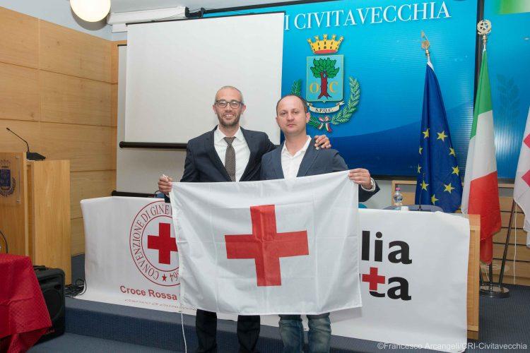 La Croce Rossa consegna la bandiera al sindaco Cozzolino