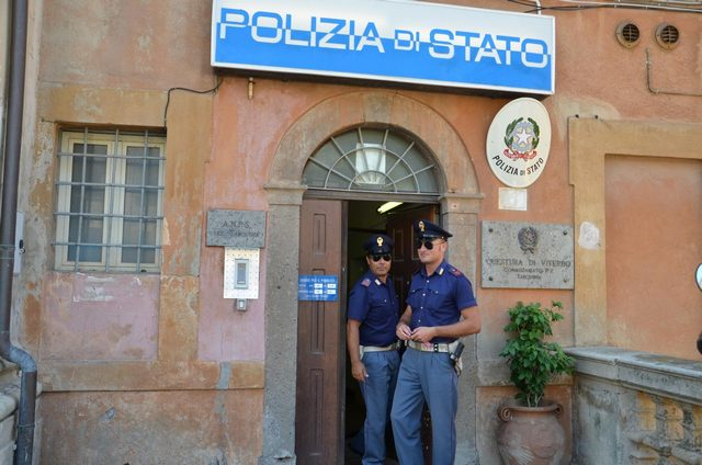 Tarquinia, giovane sorpreso con la droga minaccia di morte i poliziotti: arrestato