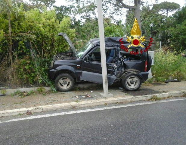 Incidente sull'Aurelia: auto fuori strada finisce sul marciapiede